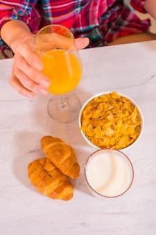 Estilo de vida saudável, suco de laranja no café da manhã, leite e cereais com bolinhos