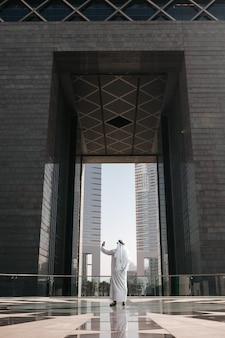 Estilo de vida urbano dos emirados na cidade grande com um investidor árabe tirando selfie em um tour pelo país do golfo