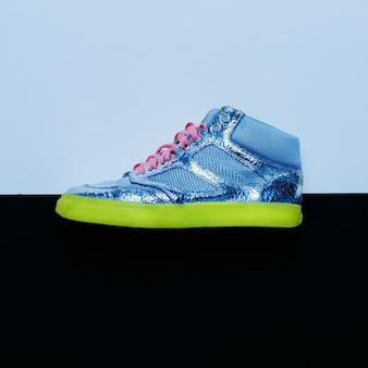 Estilo disco. tênis da moda. design minimalista