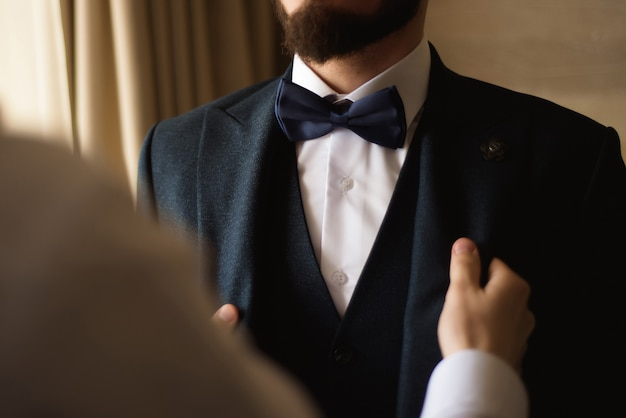 Estilo do homem. fato de vestir, camisa e punhos