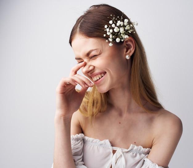 Estilo elegante de mulher bonita alegre decoração de flores modelo no cabelo.