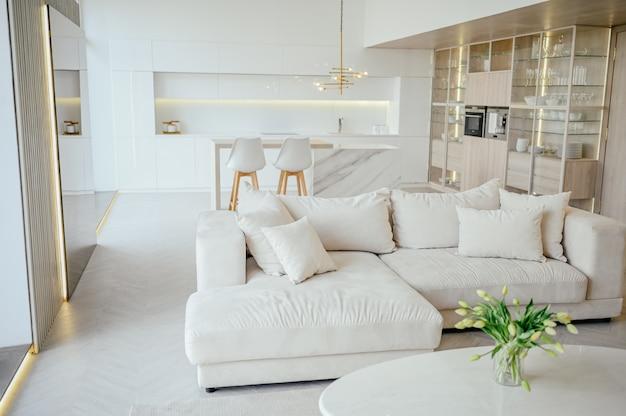 Estilo escandinavo brilhante clássico moderno luxo sala de estar e cozinha com madeira, branco, detalhes em mármore, móveis novos e elegantes, aconchegante sofá-cama, design de interiores nórdico minimalista.