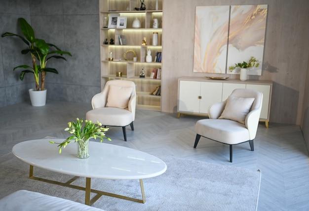 Estilo escandinavo luminoso clássico moderno luxo branca sala de estar com mesa de mármore, móveis novos e elegantes, cômoda, poltronas aconchegantes, plantas de interior. design de interiores nórdico minimalista