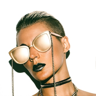 Estilo fashion girl swag luxo. gold party. óculos de ouro.