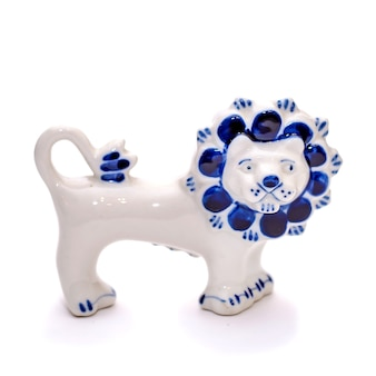 Estilo gzhel lindo leão de porcelana azul e branco em um fundo branco isolado