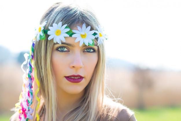 Estilo indie hippie de menina na natureza