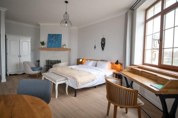 Estilo, interior. elegante sala de estar aconchegante e bem iluminada com paredes brancas e lareira com interior moderno em uma nova casa