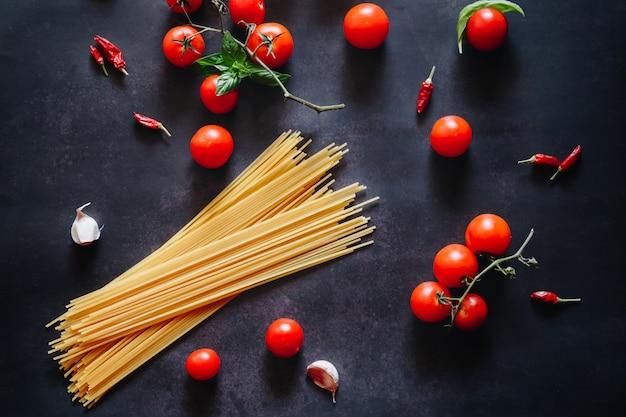 Estilo italiano plano leigos com tomate, alho e espaguete