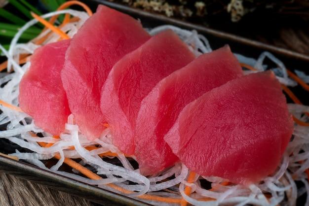 Estilo japonês de sashimi de atum.