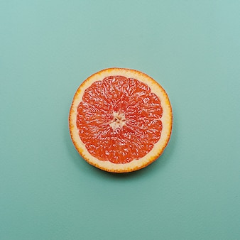 Estilo minimalista, layout criativo laranja e toranja no fundo turquesa
