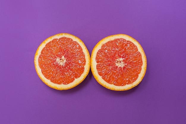 Estilo minimalista, layout criativo laranjas no fundo roxo