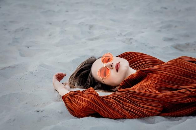 Estilo mulher adulta em óculos de sol e blusa cor de vinho