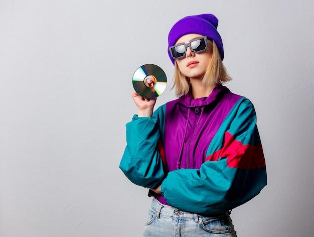 Estilo mulher com roupas punk dos anos 90 com cd