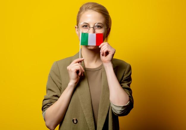 Estilo mulher loira na jaqueta com bandeira italiana no amarelo