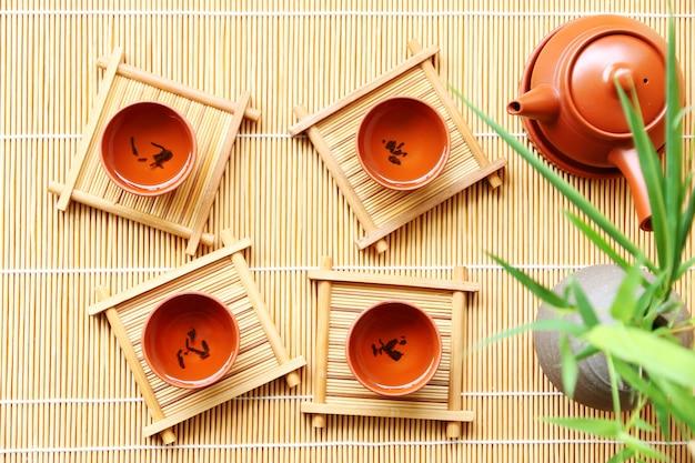 Estilo oriental da bebida chinesa do chá na tabela