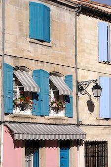 Estilo provençal da janela francesa no sul da frança