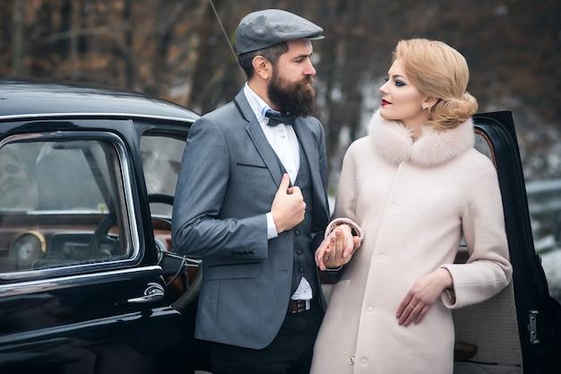 Estilo retrô. casal apaixonado e relações. vestido antigo.