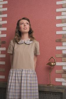 Estilo retrô. uma garota dos anos 60. o conceito de publicidade de roupas, sapatos, acessórios