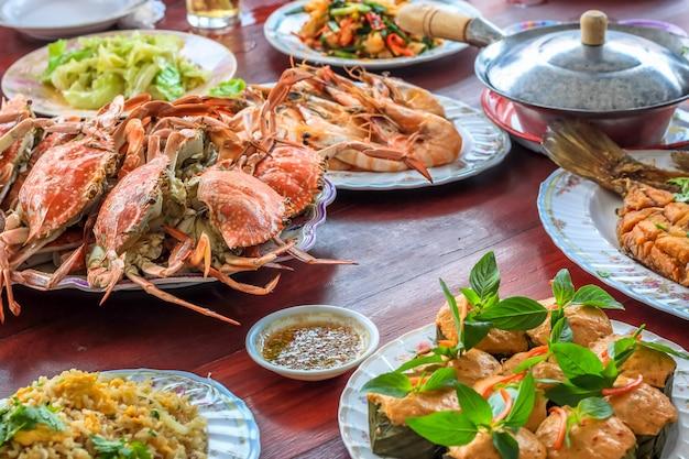 Estilo tailandês conjunto de frutos do mar insistem de peixe caril tailandês no vapor em copos de folha de bananeira
