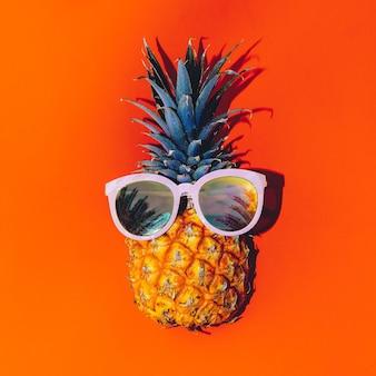 Estilo tropical. abacaxi em óculos de sol. coquetel de verão