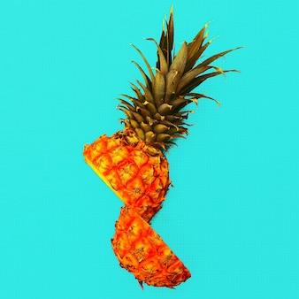 Estilo tropical. meio abacaxi. ideia mínima fresca