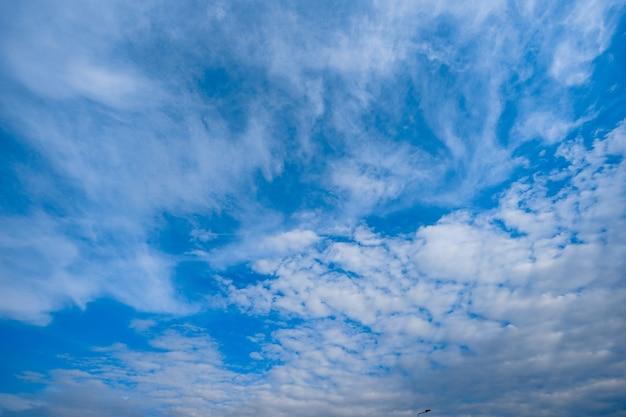 Estilo único de nuvens no céu aberto para segundo plano.