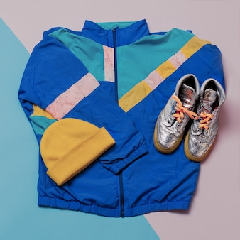 Estilo urban sports vanilla. conjunto de glamour brilhante. jaquetas, boné, tênis