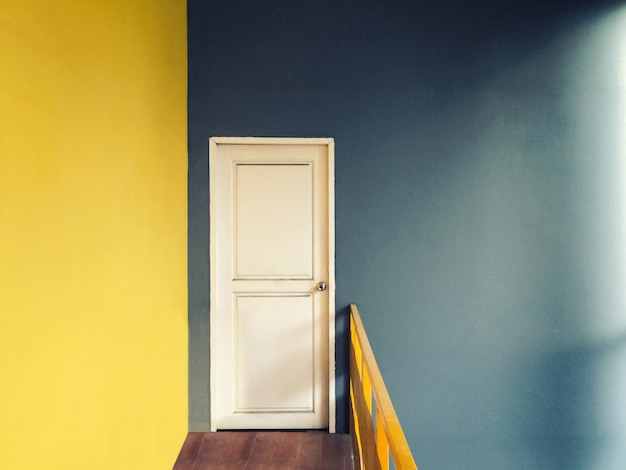 Estilo vintage com filtro de grãos de corredor vazio para pequena sala de porta branca
