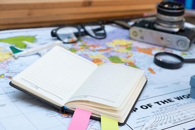Estilos de conceito de viagens com tag de gramas de livro mapa e câmera