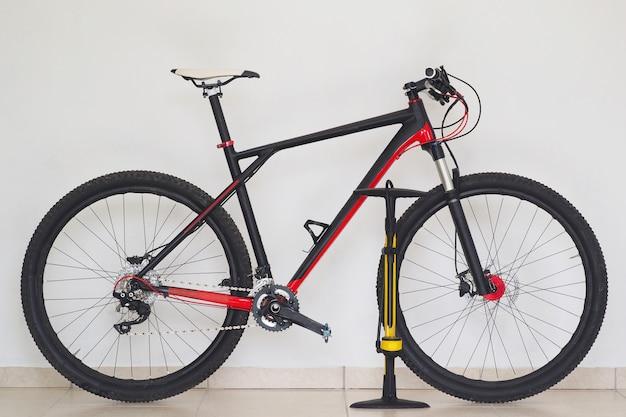 Estilos de vida. bicicleta de montanha cross-country em casa com bomba amarela