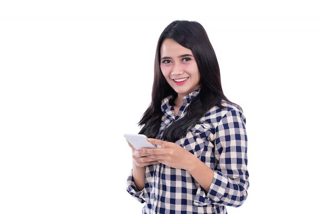 Estilos de vida da mulher asiática usando smartphone