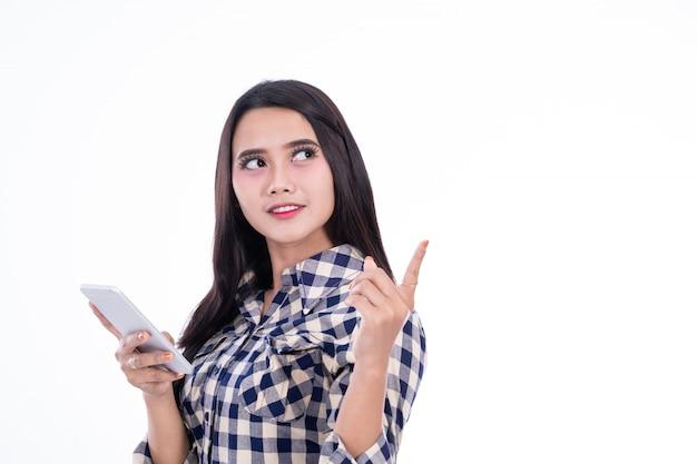 Estilos de vida de mulher asiática usando smartphone com o dedo apontando