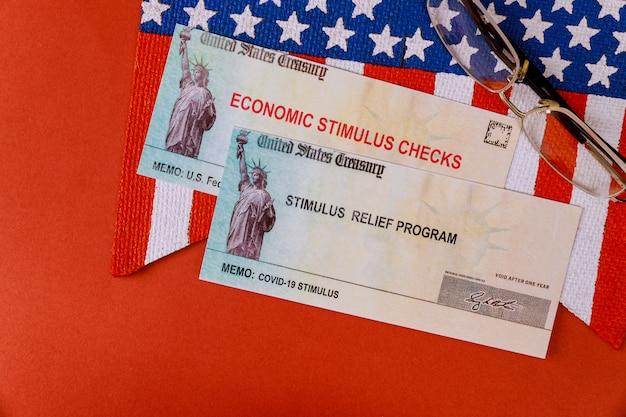 Estímulos federal financeiro do coronavírus do governo notas de dinheiro em dólar dos eua na bandeira americana pandemia global covid 19