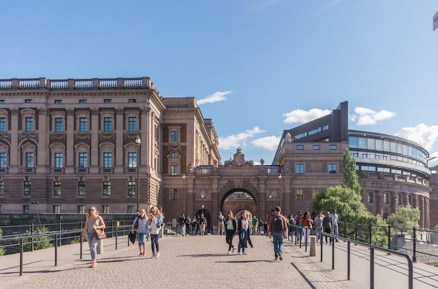 Estocolmo, suécia - 21 de agosto de 2017: turistas nas ruas de gamla stan, cidade velha de estocolmo, suécia