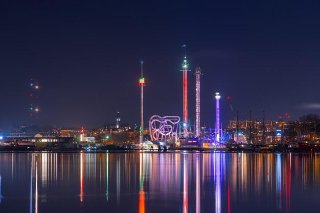 Estocolmo, suécia. luzes noturnas e iluminação do parque de diversões