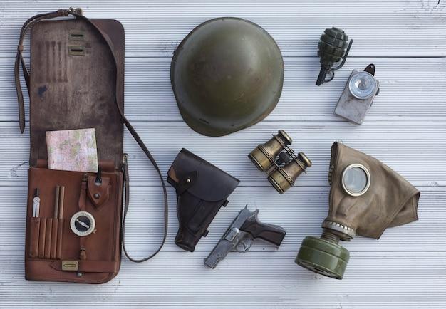Estojo de couro com equipamentos e armas militares vintage