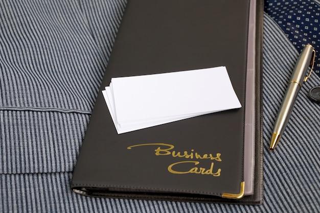 Estojo para cartões de visita de um substituto de couro e cartões de visita em branco
