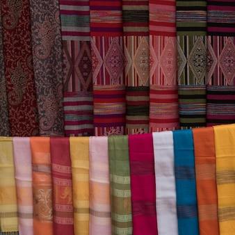 Estolas e xales de tecido à venda, luang prabang, laos