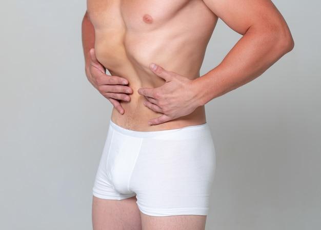 Estômago magro do homem nu. fitness e estilo de vida saudável. roupas íntimas masculinas. exercício de vácuo.