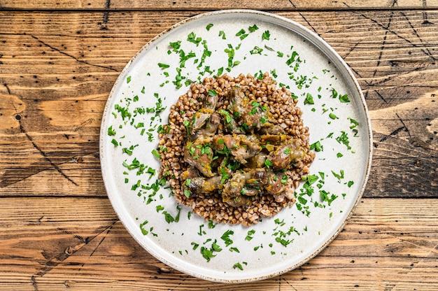 Estômagos de frango estufado com legumes e trigo sarraceno.