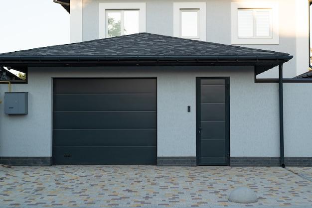 Estores automáticos na garagem de uma casa particular. aparência de habitação privada
