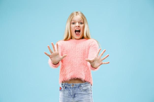 Estou com medo. susto. retrato da menina adolescente com medo.
