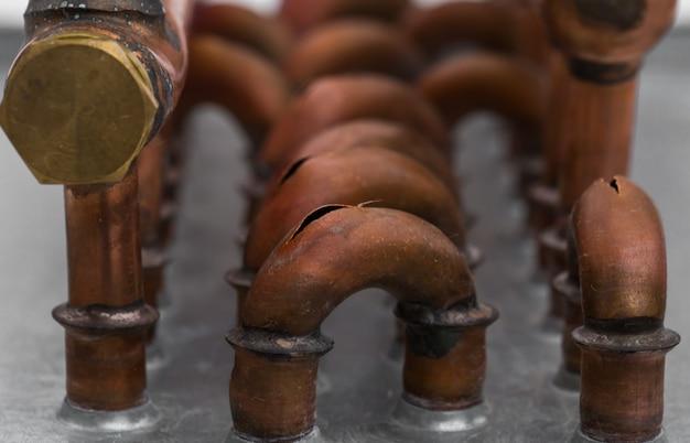 Estourou canos de cobre com o frio, closeup