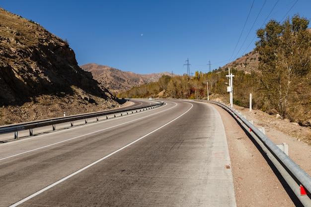 Estrada a-373 tashkent-osh, kamchik pass, uzbequistão
