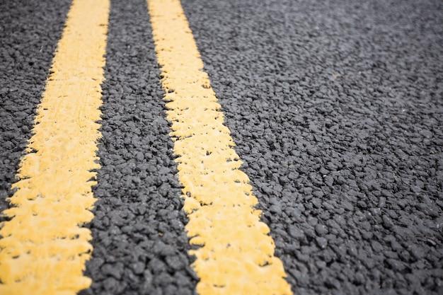Estrada amarelo marcação na superfície de estrada