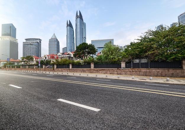 Estrada ao lado de edifícios de escritórios