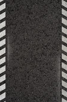 Estrada asfaltada com linhas de marcação branca