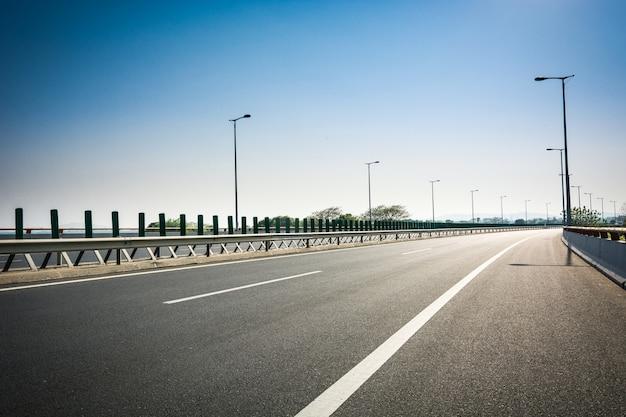 Estrada asfaltada e floresta