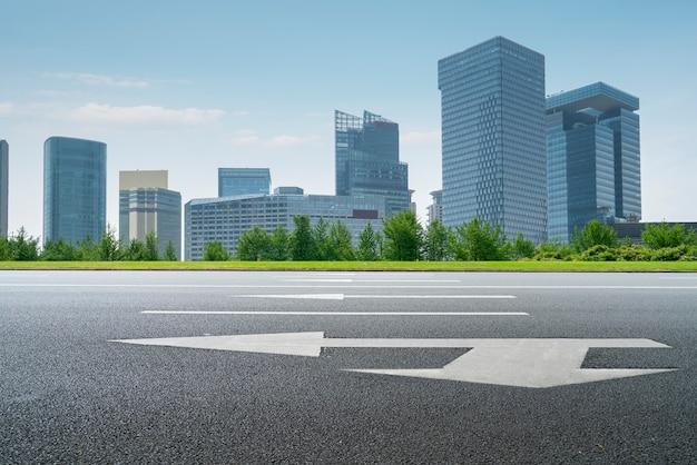 Estrada asfaltada e horizonte arquitetônico moderno da cidade chinesa