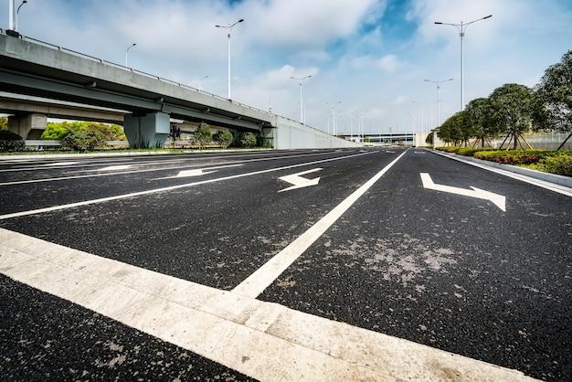 Estrada asfaltada e viaduto urbano